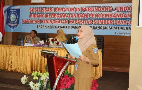 Ketua panitia pelaksana kegiatan Dwi Pahriani, SE menyampaikan laporan kegiatan Sosialisasi peraturan perundang-undangan bidang kepegawaian;