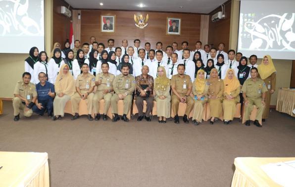 Prof. Dr. Azyumardi AZRA, CBE didampingi kepala BKPSDMD Prov. Kep. Babel Drs. H. Sahirman, M.Si, dan Kabid Pengembangan SDM, BKPSDMD Prov. Kep. Babel, Mohamad Iqbalsyah, SE dan Widyaiswara yang hadir berfoto bersama peserta Diklat PIM IV angkatan XXVI