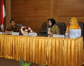 Komisioner KASN bidang Pengkajian dan Pengembangan Sistem DR. Ir. Nuraida Mokhsen, MA didampingi oleh Asisten Komisioner KASN bidang Pengkajian dan Pengembangan Sistem Septiana Dwi Putrianti saat menyampaikan paparannya.
